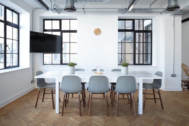 שולחן וכיסאות מעוצבים