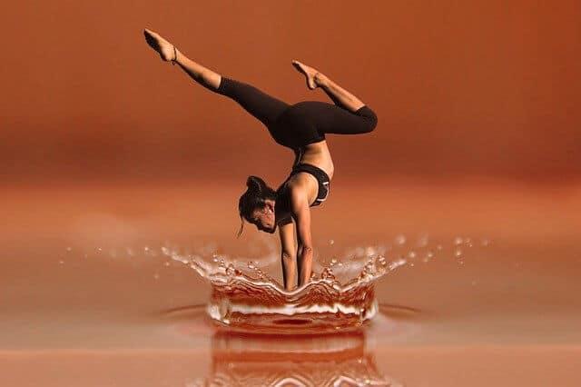 אישה קופצת על מים