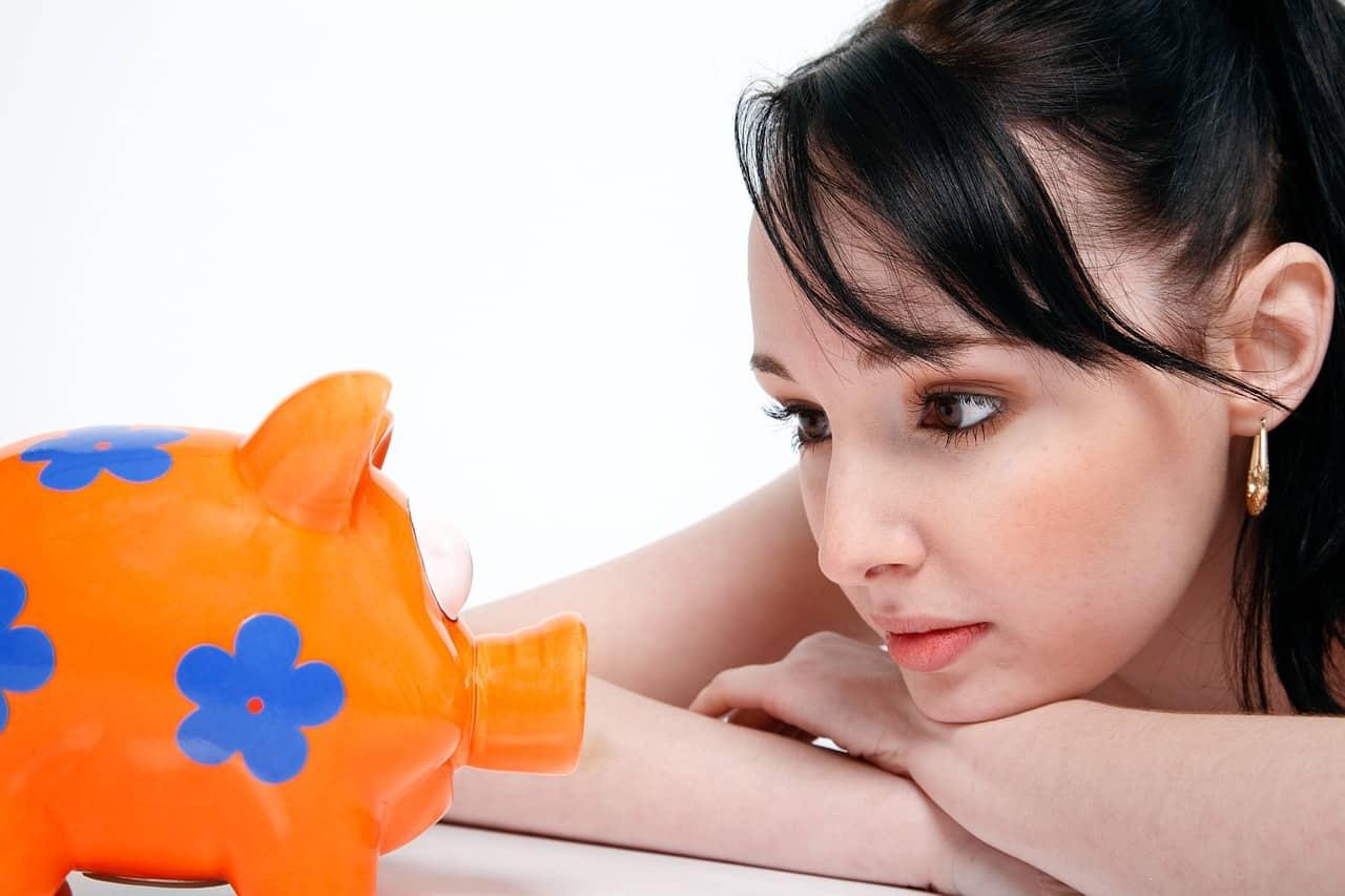 בחורה מסתכלת על קופת חיסכון